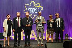 Wręczenie nagrody: trzej zwycięzcy oraz pracownicy SPACE.