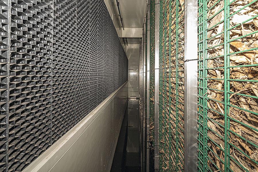 Tropfenabscheider links und Biofilterwand rechts mit Gang in der Mitte
